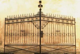 Kovová brána s uměleckými tvary